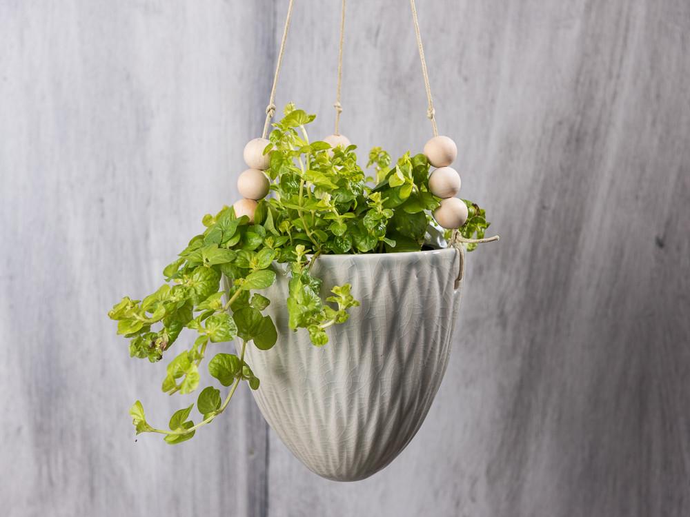 Bloomingville Flowerpot Hanging Kit. Hängender Blumen Übertopf Aus Keramik  Von Bloomingville Weiß Grau Lederbänder Zum Aufhängen.