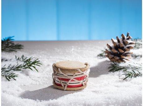 IB Laursen Trommel mini rot weiß gestreift mit Kordel und chrom Ring Höhe 4 cm im Schnee mit Tannenzapfen