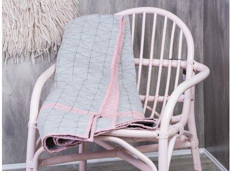 Bloomingville Quilt hellgrau mit rosa Streifen und Keder Rueckseite dunkel blau Baumwolle auf Rattan Stuhl rosa