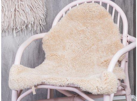 Bloomingville Schaf Fell Naturweiss echt Schaffell auf rosa Rattan Stuhl