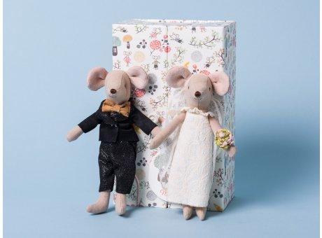 Maileg Maus Hochzeitspaar hübsch verpackt in bunter Box als Geschenk zur Hochzeit 15 cm