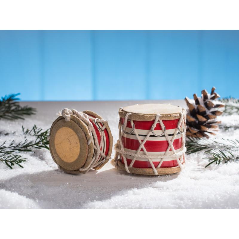 IB Laursen Trommel groß rot weiß gestreift mit Kordel und chrom Ring 65 mm stehend und 40 mm liegend hoch im Schnee mit Tannenzapfen