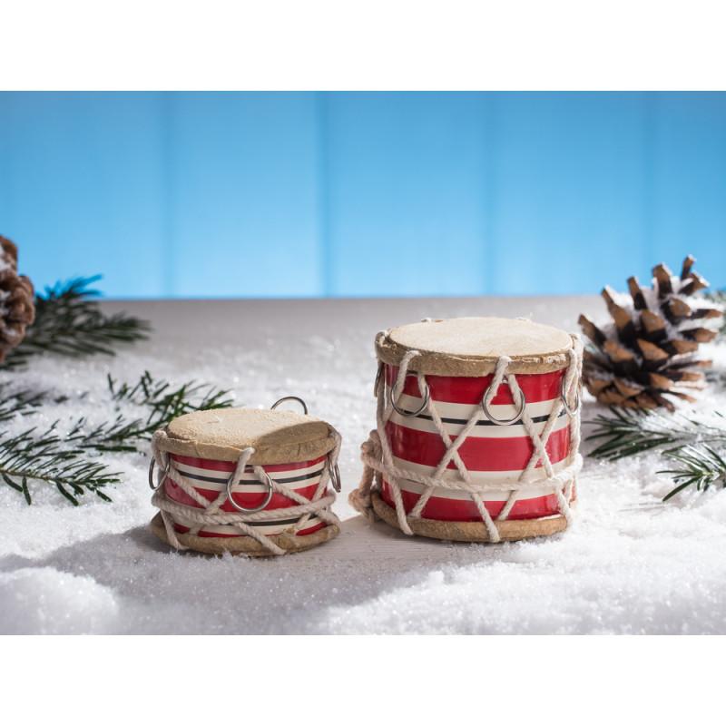 IB Laursen Trommel groß rot weiß gestreift mit Kordel und chrom Ring groß und klein hoch im Schnee mit Tannenzapfen