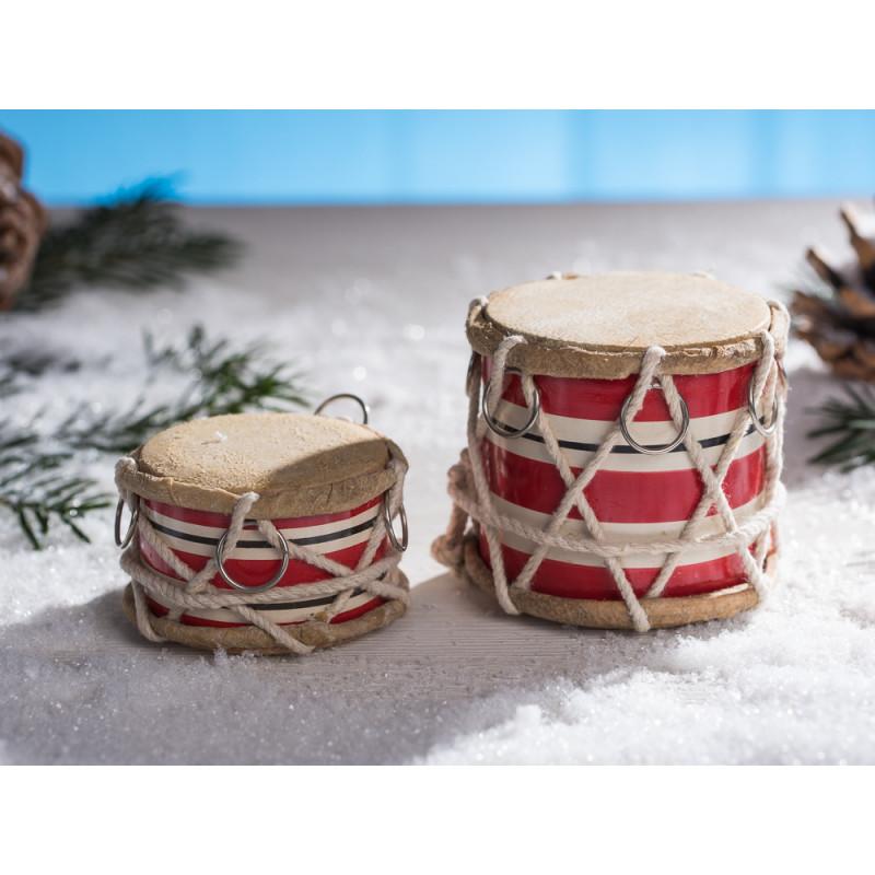 IB Laursen Trommel groß rot weiß gestreift mit Kordel und chrom Ring 65 und 40 mm hoch im Schnee mit Tannenzapfen