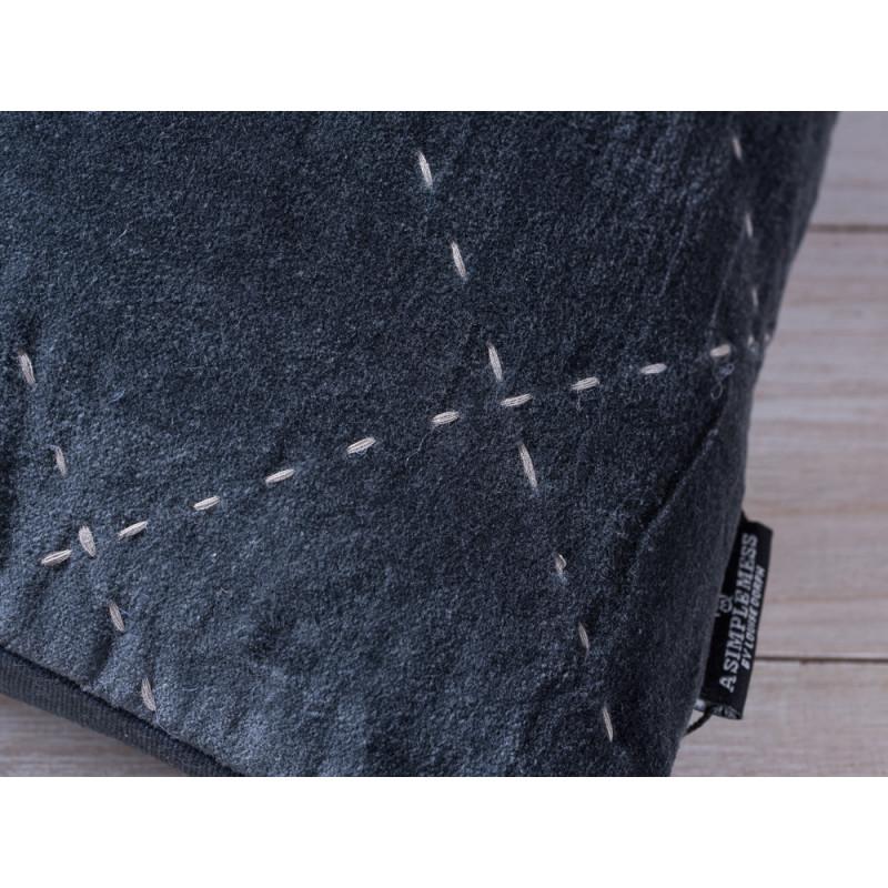 A Simple Mess Kissen Maja anthrazit grau Kissenbezug Detail Ziernaht und Label Design by Louise Dorph Dänemark