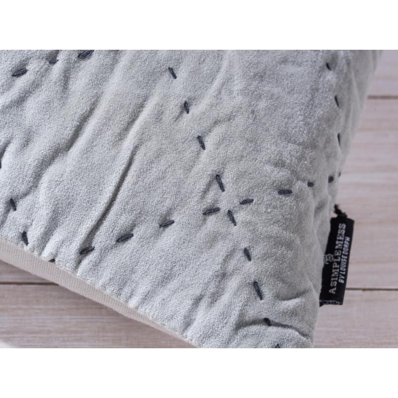 A Simple Mess Kissen Maja grau grün Kissenbezug Detail Ziernaht und Label Design by Louise Dorph Dänemark