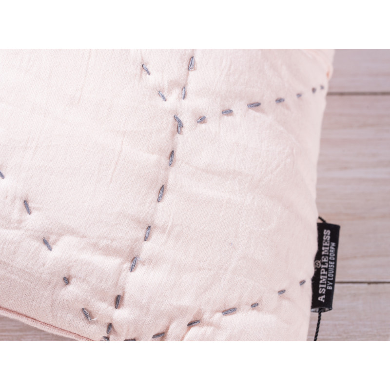A Simple Mess Kissen Molly apricot Kissenbezug Detail Ziernaht und Label Design by Louise Dorph Dänemark
