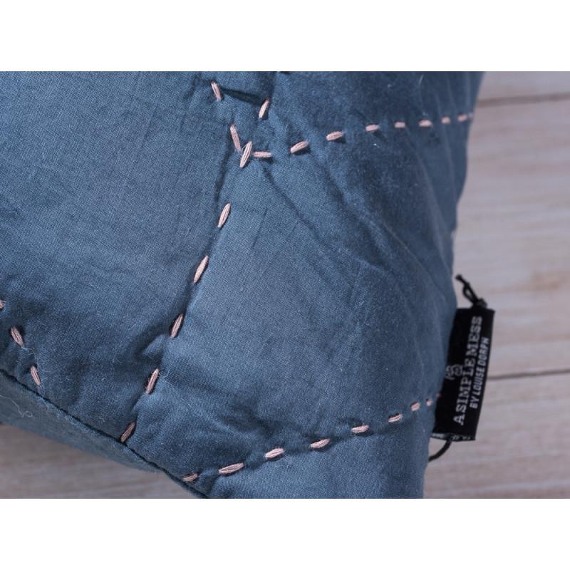 A Simple Mess Kissen Molly dunkelblau Kissenbezug Detail Ziernaht und Label Design by Louise Dorph Dänemark