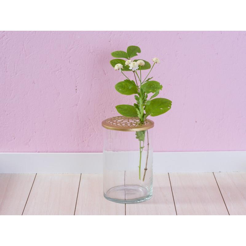 A Simple Mess Vase Kassandra Glas mit gold Deckel aus Metal mit Blumen