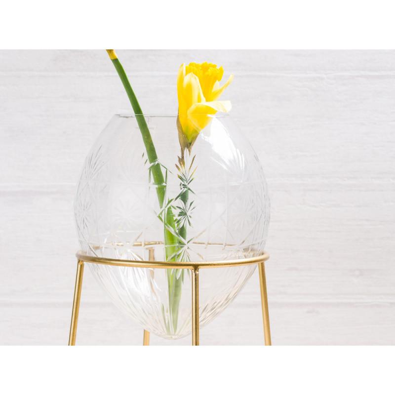 A simple Mess Vase Ronda Glas mit Ständer aus Metall in Gold Blumenvase 21 cm groß Deko Design mit Blume Narzisse Frühling Detail