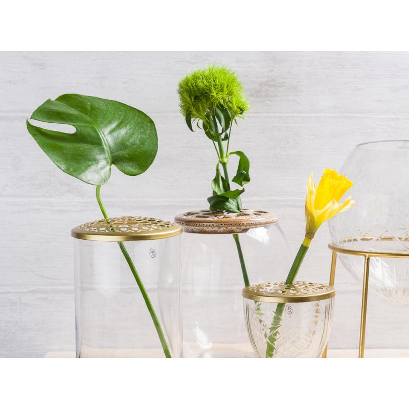 A simple Mess Vasen Kassandra Dram Kehl und Ronda aus Glas mit Deckel und Ständer aus Metall in Gold Blumenvasen mit Blume Gruppe
