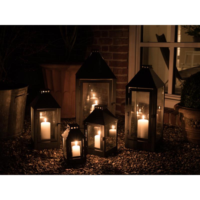 A2 Living Allwetter Outdoor Laterne schwarz pulverbeschichtet im Garten bei Nacht