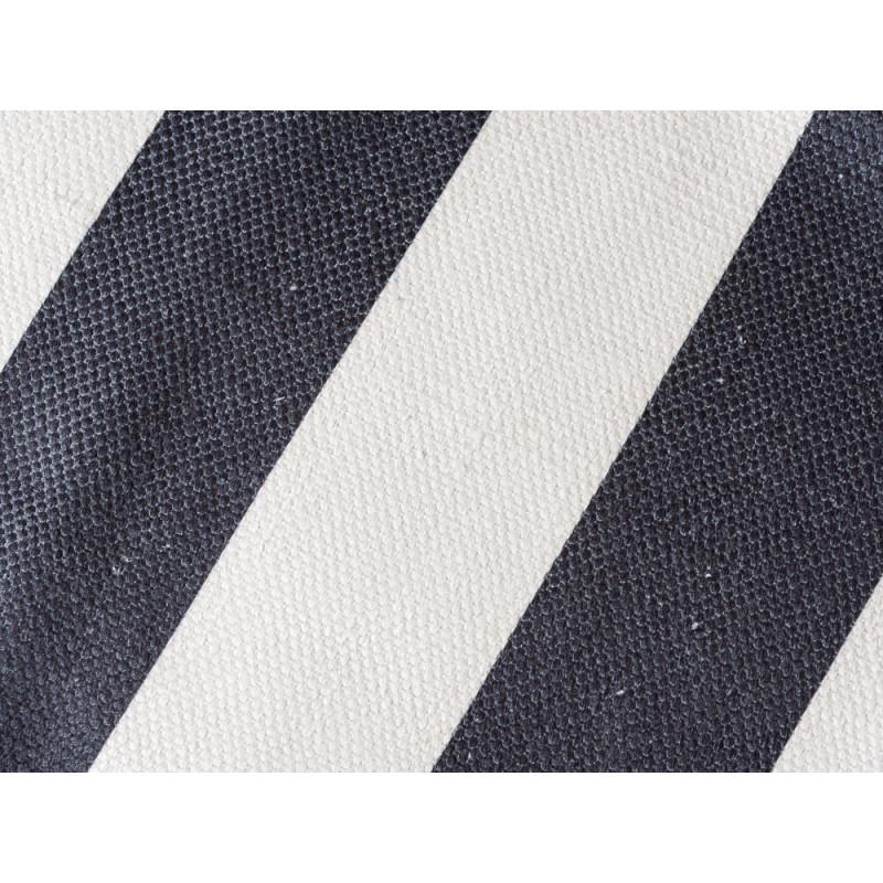 AU Maison Outdoor Teppich Streifen schwarz weiß Badematte gestreift waschbar für draussen aus PET recycelt Detail Stoff