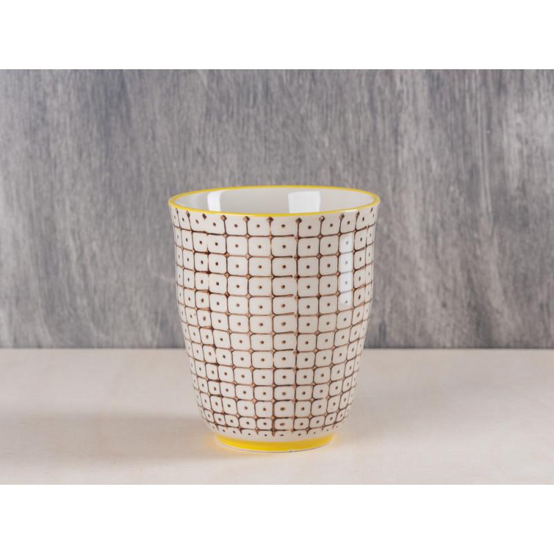 Bloomingville Becher braun creme weißes Muster oben und unten mit gelbem Streifen aus Carla Geschirr Serie 9,5 cm hoch