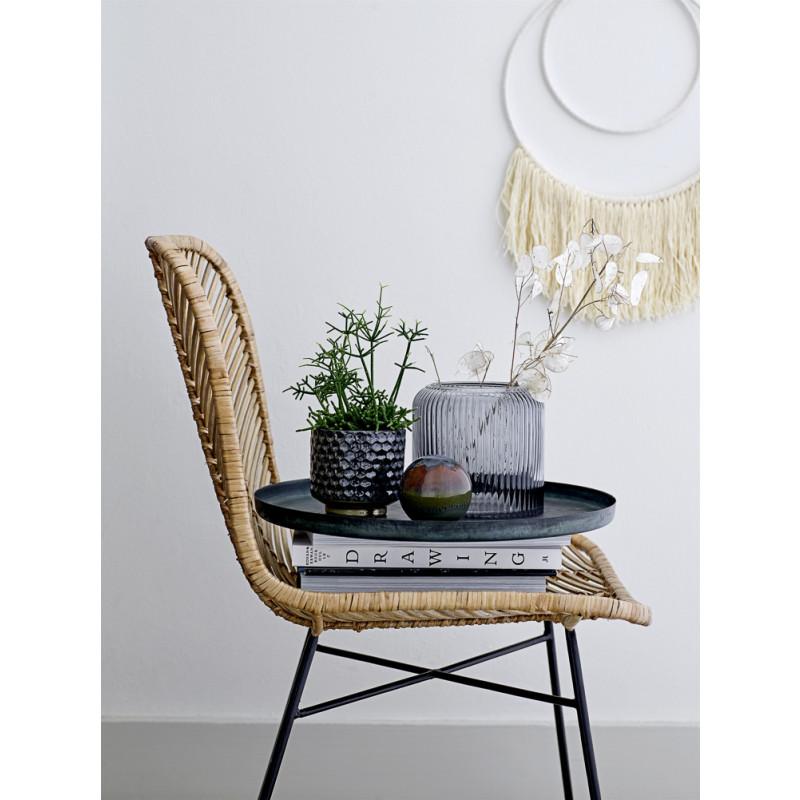 Bloomingville Blumentopf Blau mit Gold Sockel grafisches Design Dekoration auf Stuhl mit Tablett