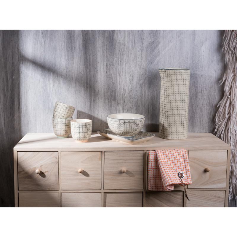 Bloomingville Carla Geschirr Serie Becher Schale Tablett und Krug grau auf Apotheker Schrank Geschirrtuch orange vor Wandteppich