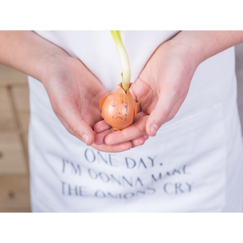 Bloomingville Küchenschürze weiß aus Baumwolle mit Zwiebel Spruch schwarz one day I'm gonna make the onions cry