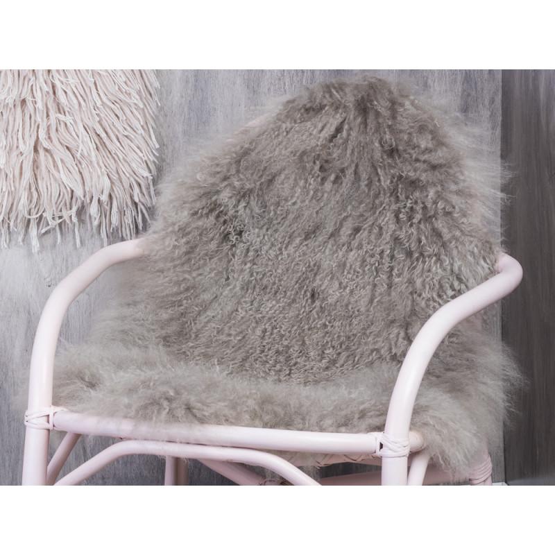 Bloomingville Mongolisches Lamm Fell hellgrau auf rosa Rattan Stuhl