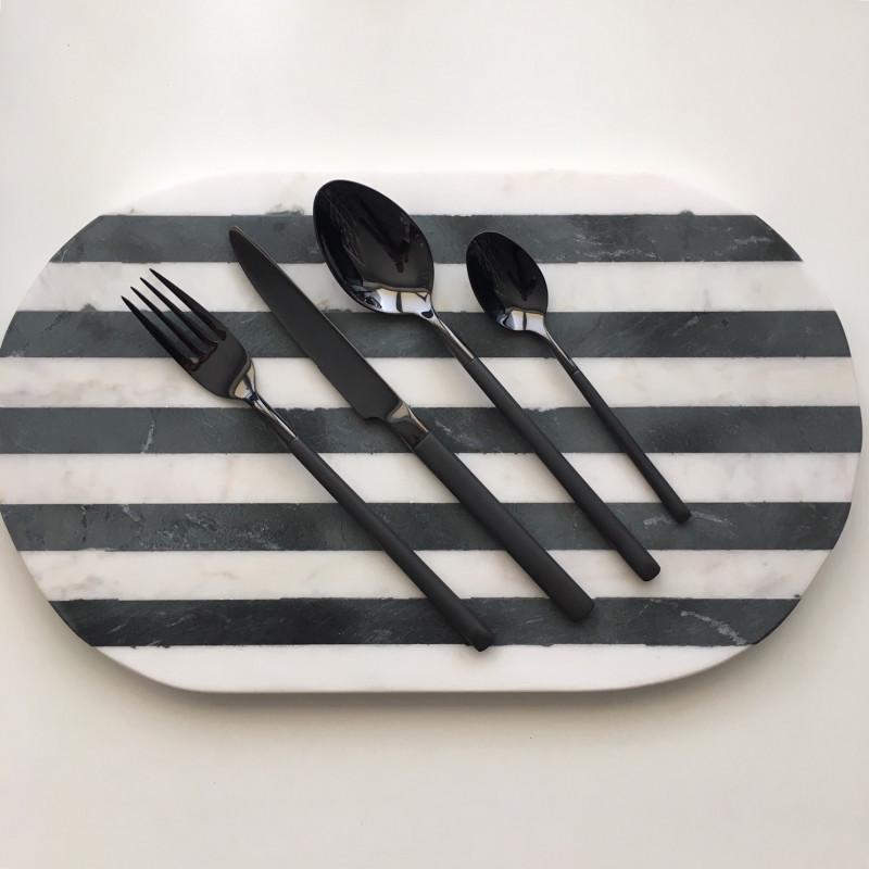 Bloomingville Schneidebrett Marmor Schwarz Weiß gestreift oval mit Besteck aus Edelstahl in schwarz Messer Gabel Löffel Teelöffel