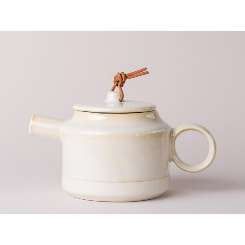 Bloomingville Teekanne Carrie Geschirr Serie aus Keramik in creme beige Kanne für 550 ml mit Deckel