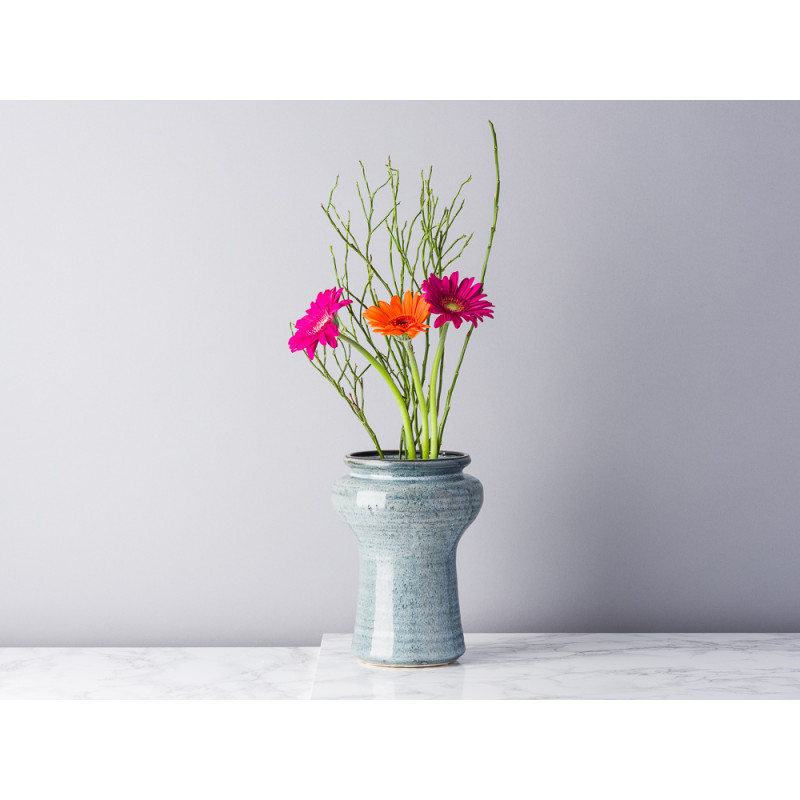 Bloomingville Vase Blau Grau Keramik 19 cm hoch Design Muster Blumenvase rustikal Modern mit Blumenstrauß Gerbera