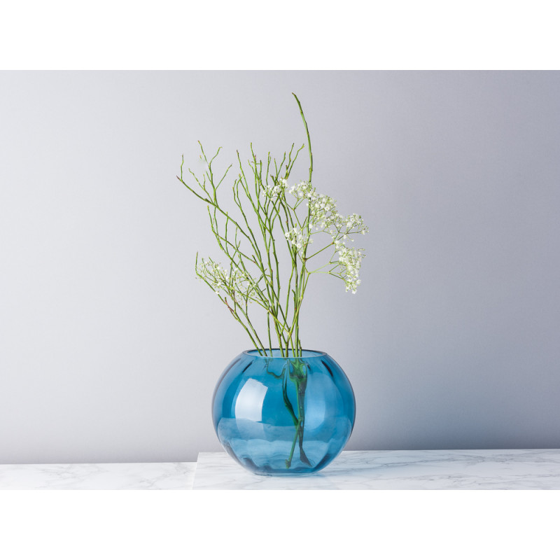 Bloomingville Vase Glas blau 15 cm hoch und rund Blumenvase modern dekoriert mit Zweigen und Schafsgabe
