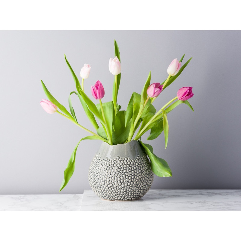 Bloomingville Vase Grau Keramik bauchig 17 cm hoch Blumenvase mit erhabenen Punkten Modern Design dekoriert mit Tulpen