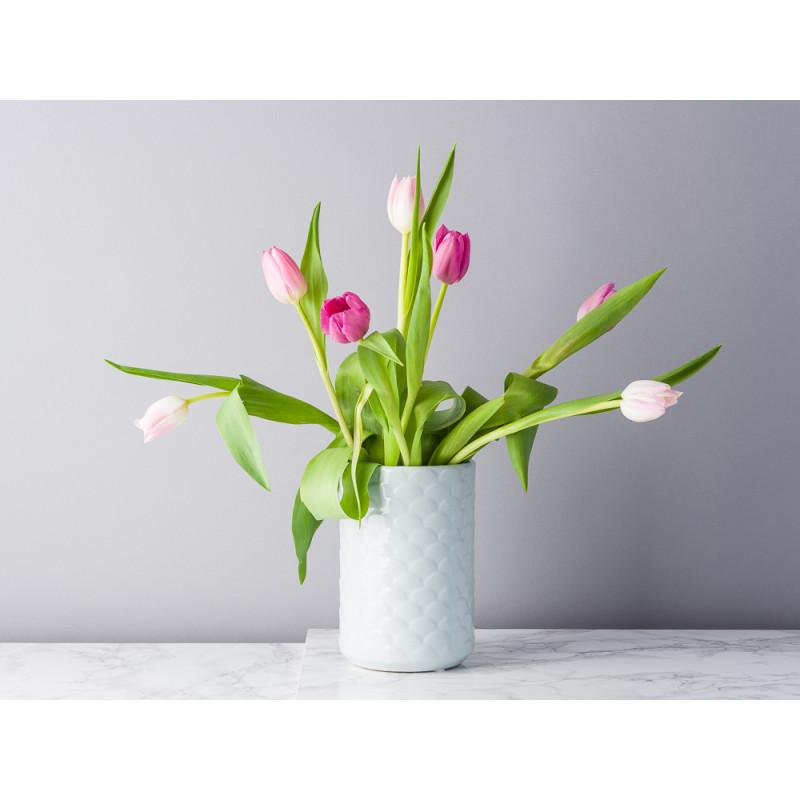 Bloomingville Vase Ice blau hellblau Muster und Struktur Keramik 17 cm hoch Blumenvase dekoriert mit Tulpen
