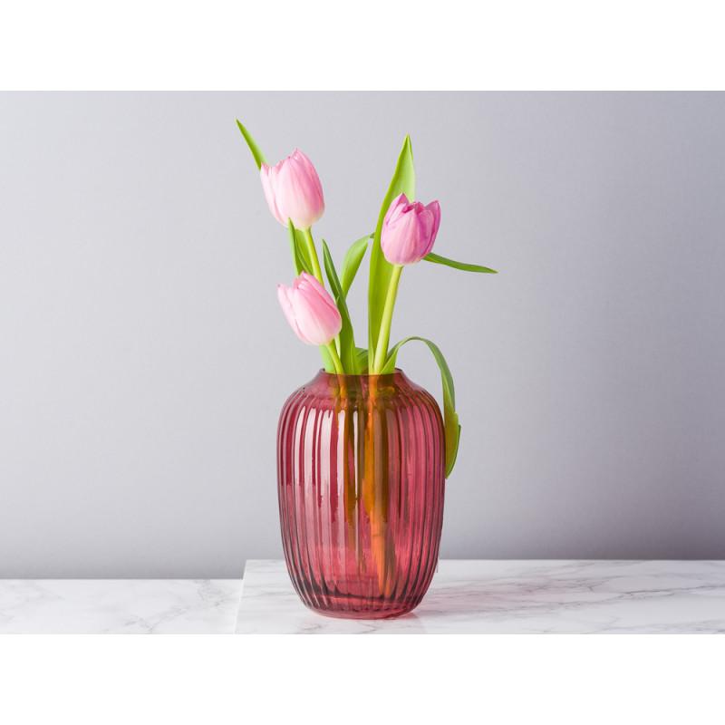 Bloomingville Vase rot Glas mit Rillen Struktur Blumenvase 14 cm hoch modern dekoriert mit Tulpen