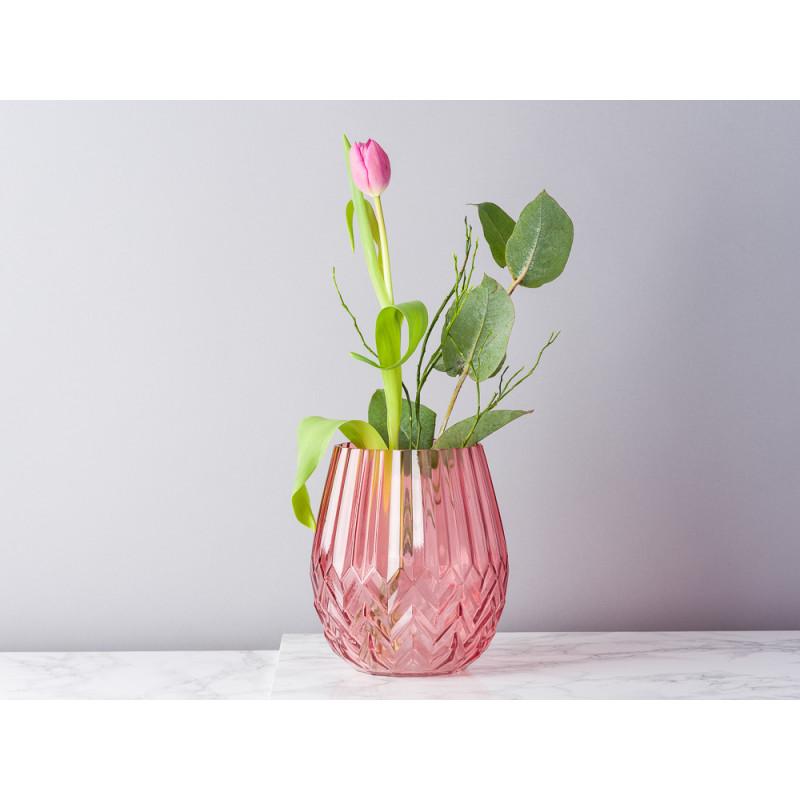 Bloomingville Vase rot Glas mit Rillen und Fasen Blumenvase 17 cm hoch modern dekoriert mit Blumen und Eukalyptus
