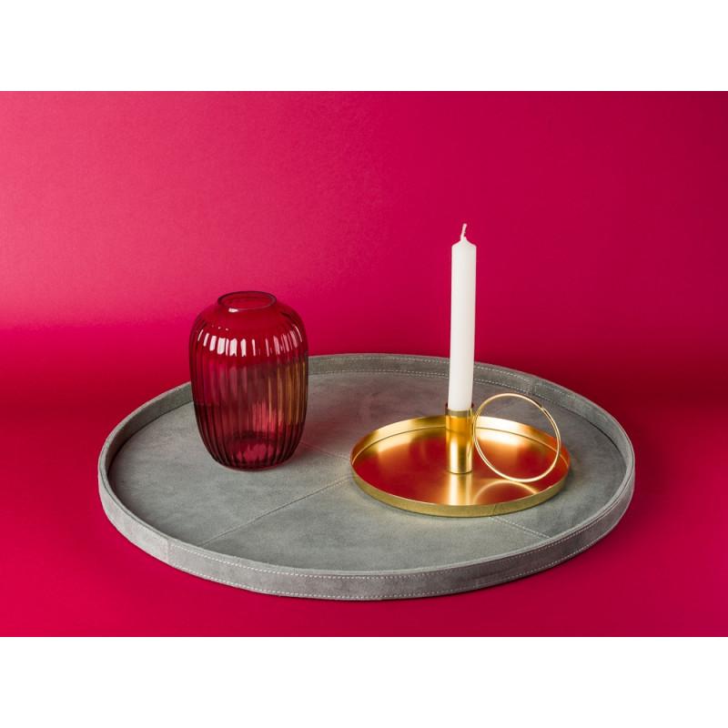 Bloomingville Wildleder Tablett goß grau Bloomingville Vase rot Glas und Kerzenhalter gold rund mit Griff Kammerleuchte