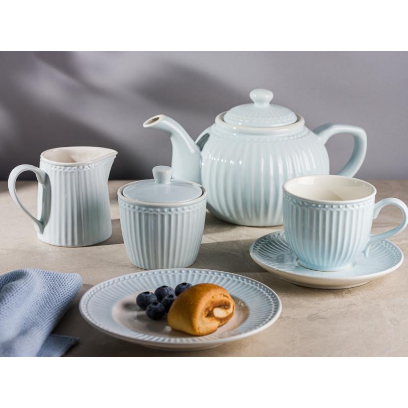 Greengate ALICE Hellblau kleiner Teller mit Zimtschnecken und Beeren Kaffeetasse mit Untertasse Zuckerdose Milchkännchen und Teekanne Everyday Geschirr Pale Blue Hygge Style Tisch Deko
