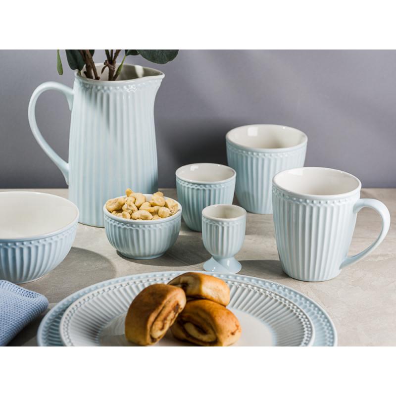 Greengate ALICE Hellblau Krug Schalen Eierbecher Becher Latte Cup Teller mit Kuchen und Tuch Everyday Keramik Geschirr Pale Blue moderner Frühstücks Hygge Style