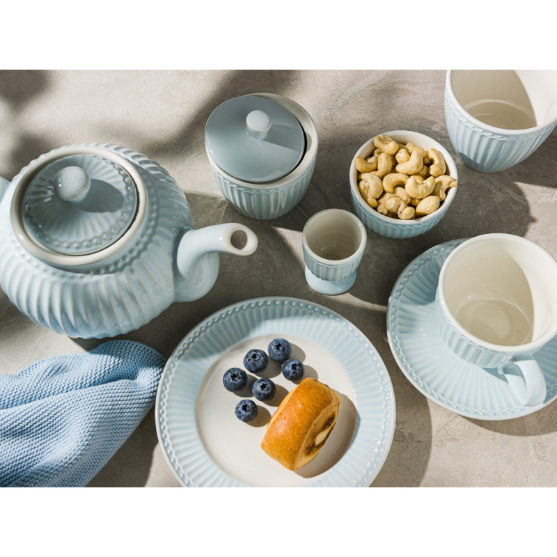 Greengate ALICE Hellblau Teller mit Kuchen Schale mit Nüssen Eierbecher Tasse Latte Cup Zuckerdose und Teekanne Geschirrtuch Solwang Everyday Keramik Geschirr Pale Blue Gedeckter Tisch Modern