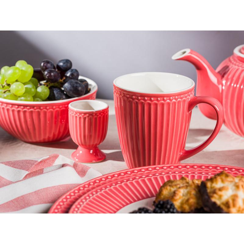 Greengate ALICE Koralle Becher mit Henckel Schüssel mit Trauben Eierbecher Teekanne und Teller mit Kuchen Keramik Geschirrtuch Rigmor Everyday Keramik Geschirr Coral Gedeckter Tisch Hygge Style