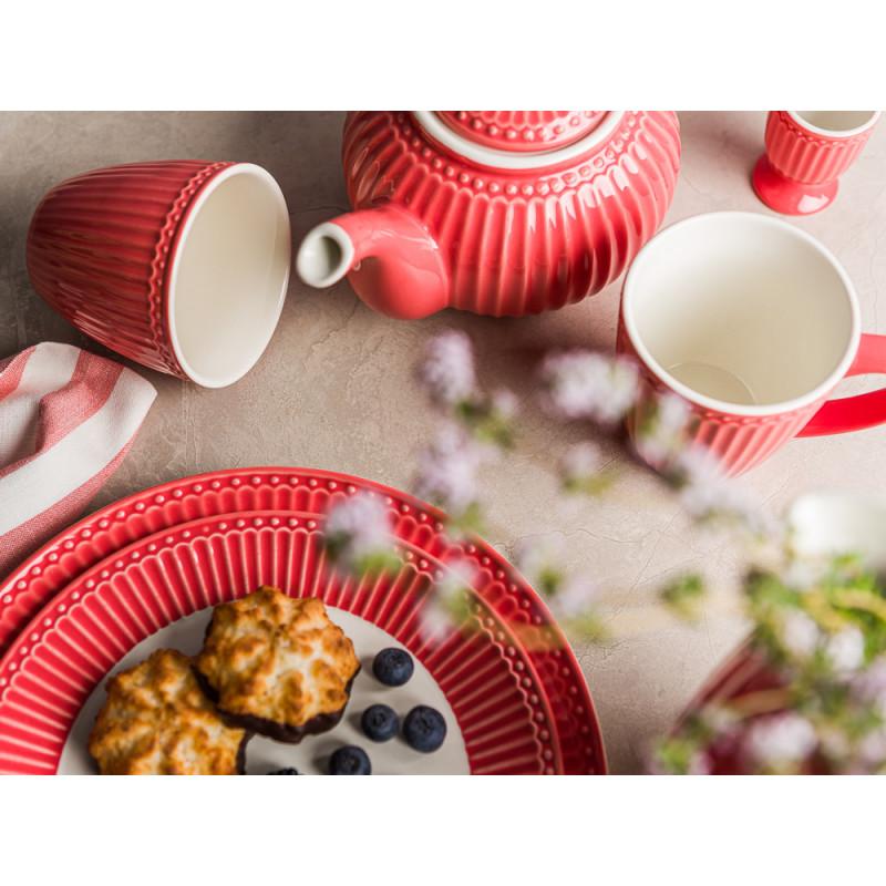 Greengate ALICE Koralle Teekanne mit Becher Eierbecher Essteller und Kuchenteller mit Makronen und Blaubeeren Krug Keramik Geschirrtuch Rigmor Everyday Keramik Geschirr Coral Tisch Hygge Modern