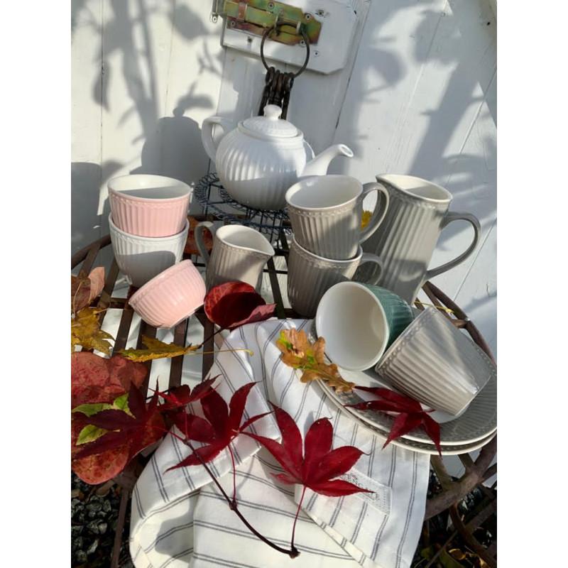 Greengate ALICE Latte Cup Becher Schale Milchkännchen Teller Krug und Teekanne Geschirr aus Keramik Rosa Weiss Warm Grau und Staubig Grün mit KAJSA Geschirrtuch Deko Idee Herbsttisch