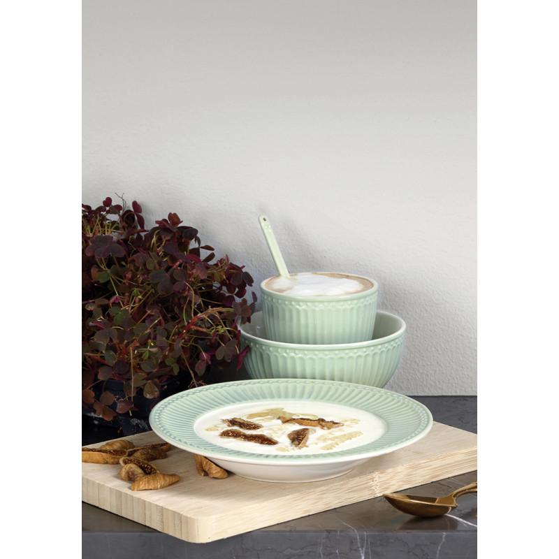 Greengate Alice Pale Green Suppenteller Latte Cup Becher Schale und Löffel Geschirr aus Keramik in Grün auf Holzbrett mit Suppe Milchreis
