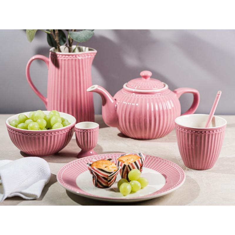 Greengate ALICE Staubig Rosa Kuchen und Trauben auf Teller Schale Teekanne und Becher Latte Cup und Eierbecher Krug mit Zweig Geschirr Dusty Rose moderner Frühstücks oder Kaffeetisch
