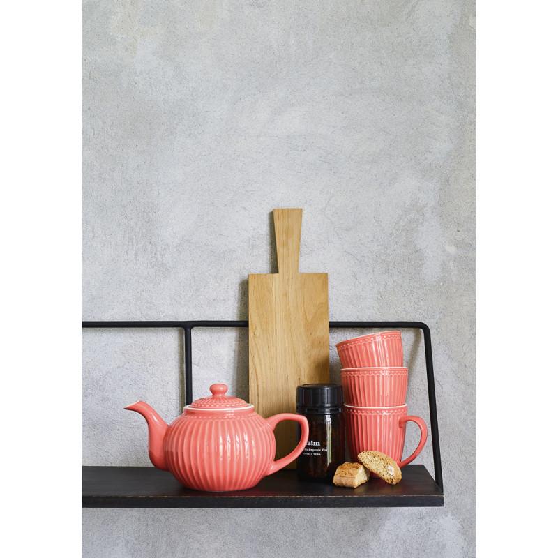 Greengate ALICE Teekanne und Latte Cup Becher Coral Everyday Geschirr Kollektion Koralle auf Regal dekoriert mit Servierbrett