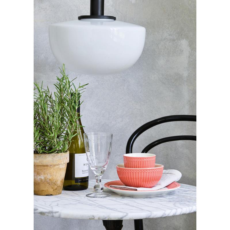 Greengate ALICE Teller Schalen und Latte Cup Becher Coral Everyday Geschirr Kollektion Koralle auf Marmor Tisch