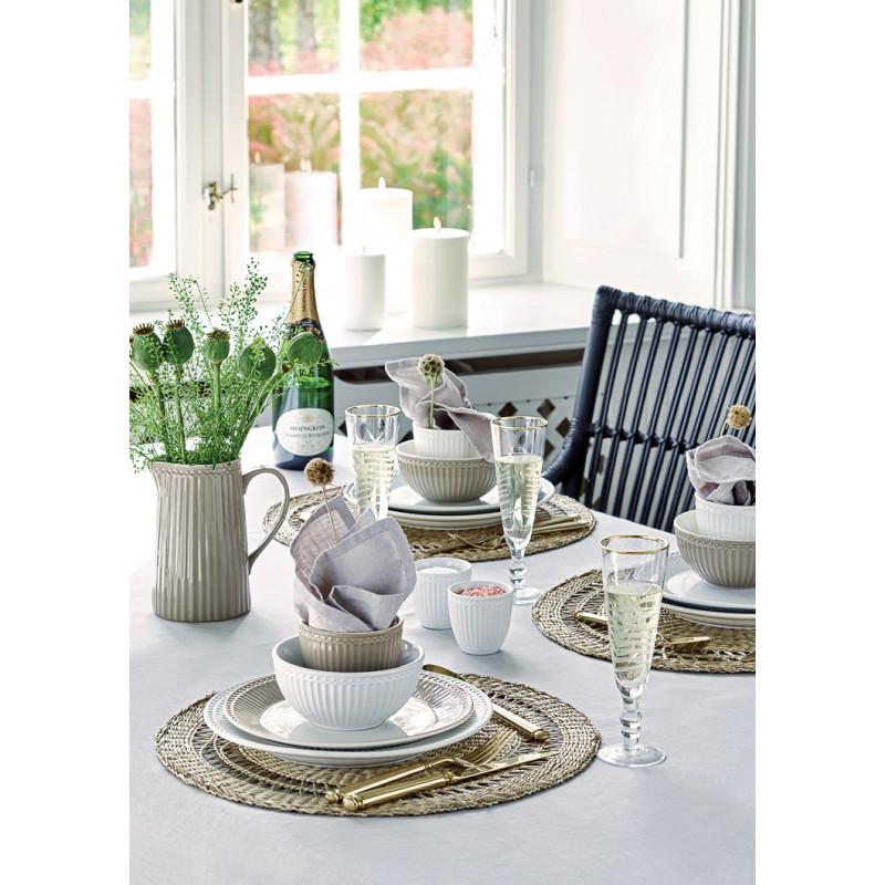Greengate Alice Warm Grey und Weiss festlich gedeckter Tisch mit Becher Schale Teller Mini Latte cup und Krug Geschirr aus Keramik auf Flecht Platzset