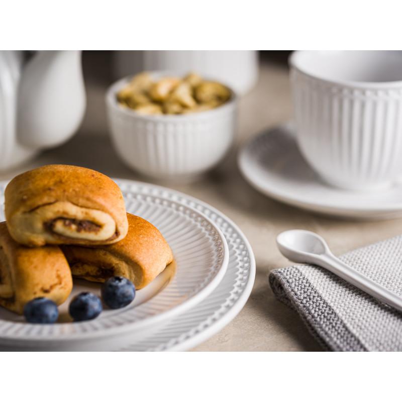 Greengate ALICE Weiss kleiner Teller mit Zimtschnecken und Heidelbeeren Kaffeetasse mit Untertasse Schale Mini und Teekanne mit Everyday Keramik Geschirr White Hygge Style Tisch Deko