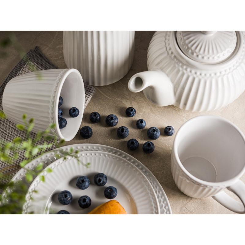 Greengate ALICE Weiss Teller Becher mit Henkel Latte Cup mit Beeren Krug und Teekanne Everyday Keramik Geschirr White Tischdeko mit Pflanze Hygge