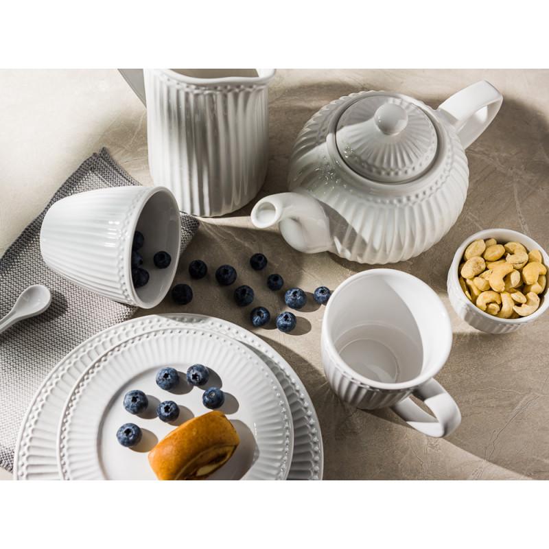 Greengate ALICE Weiss Teller mit Kuchen und Beeren Schale mit Nüssen Becher Latte Cup Krug und Teekanne Geschirrtuch Solwang Everyday Keramik Geschirr White Gedeckter Tisch Modern