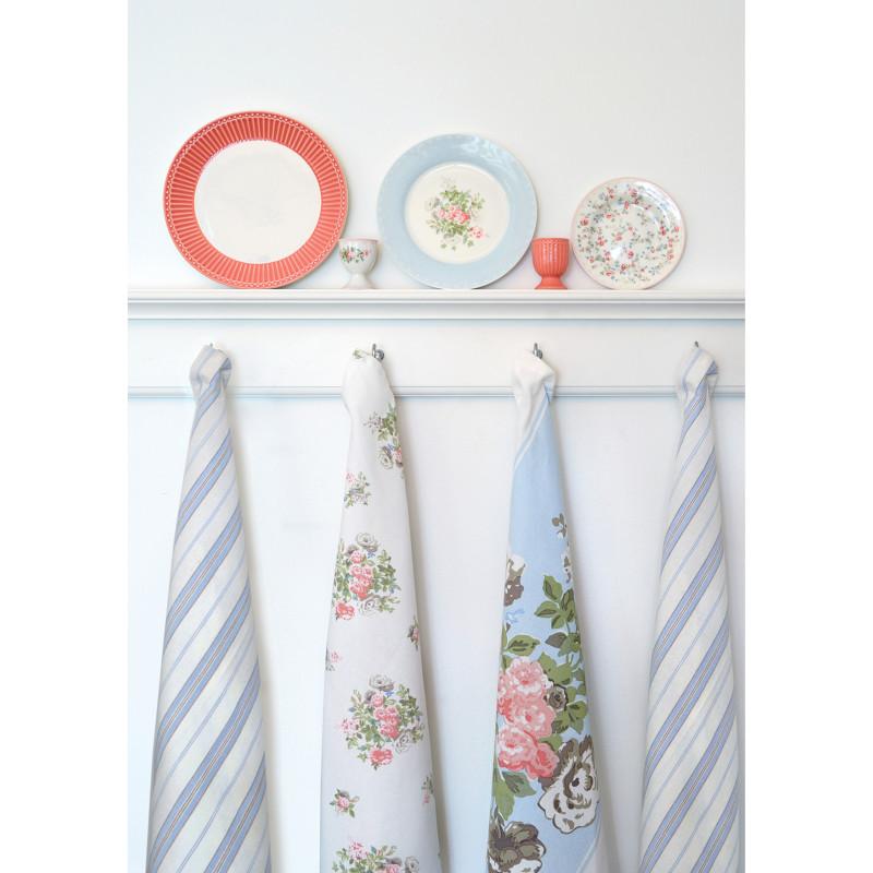 Greengate CARLY weiss rosa mit kleinen Blumen PETRICIA hellblau mit Blume und ALICE Rosa mit Eierbechern auf Regal mit Haken Geschirrtuch Elinor Petricia und Nicola