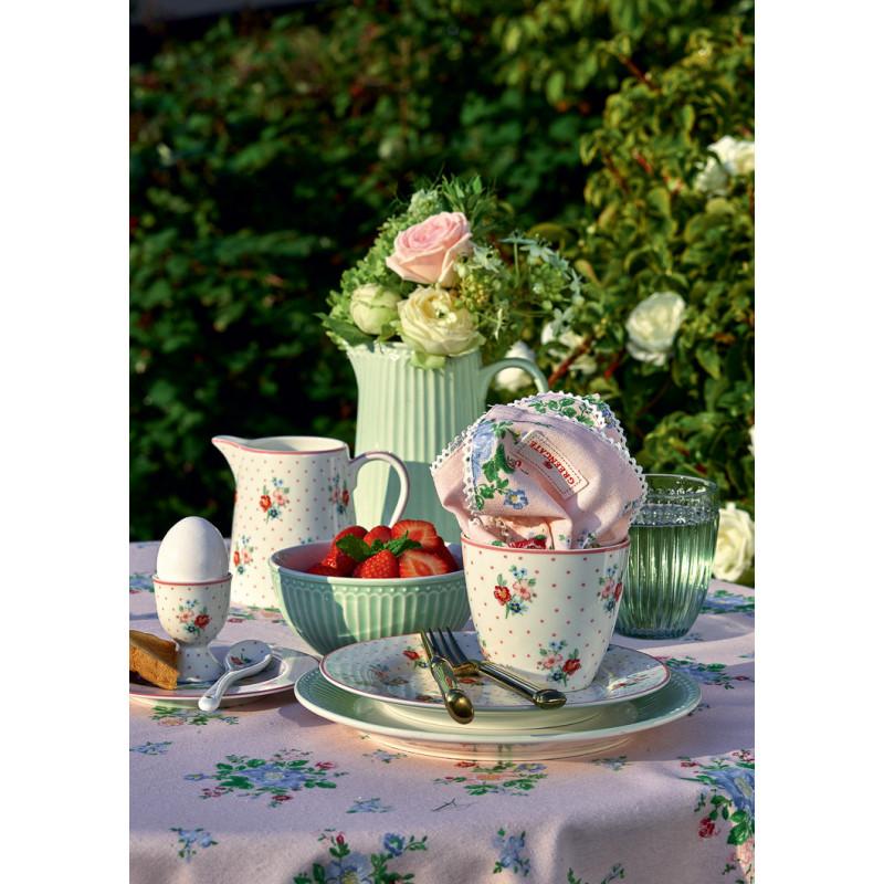 Greengate EJA Weiss Blume Muster mit Punkten und Rosa Rand Latte Cup Becher mit Eierbecher Teller und Milchkanne kombiniert mit ALICE Krug Schale Teller und ROBERTA Tischdecke Garten Gedeck
