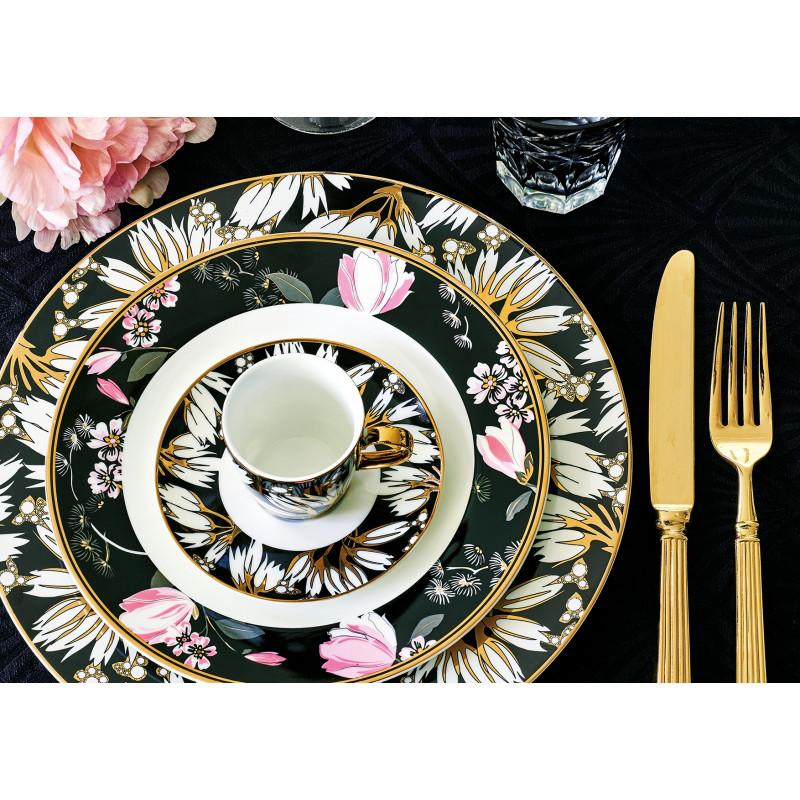 GreenGate Geschirr Florette schwarz weiß Blumen aus Porzellan Essteller Tasse Teller Amelie und Besteck Gate Noir gold alles auf Tischdecke schwarz