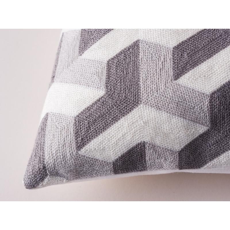 GreenGate Kissen 50x50 grau Geometric Gate Noir Kissenhülle geometrisches Design hellgrau dunkelgrau Muster und Material im Detail
