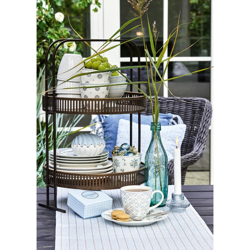 Greengate NICOLINE Teller Schale und Latte Cup TOVA Schale und Tischläufer ALVA Kaffee Becher mit Henkel Geschirr aus Porzellan weiß mit blaue Blumen Streifen Ornamente mit Etagere Antik Gold